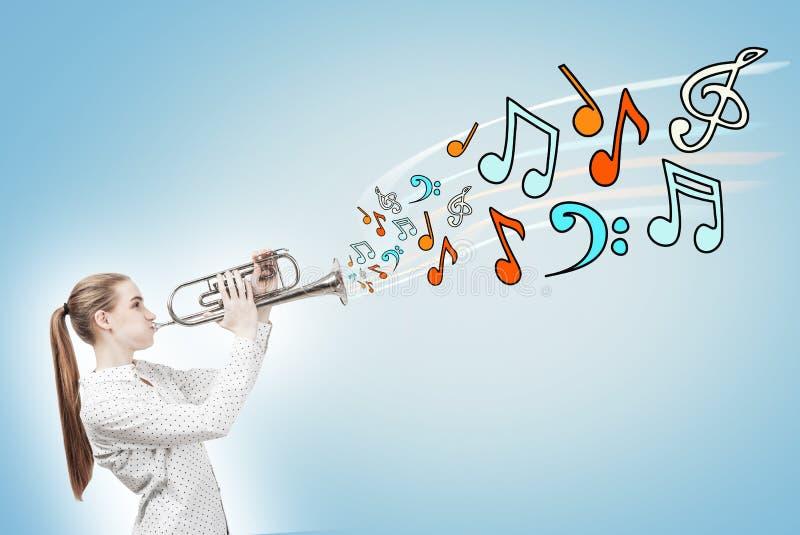 Femme blonde avec un saxophone, notes, bleues images stock