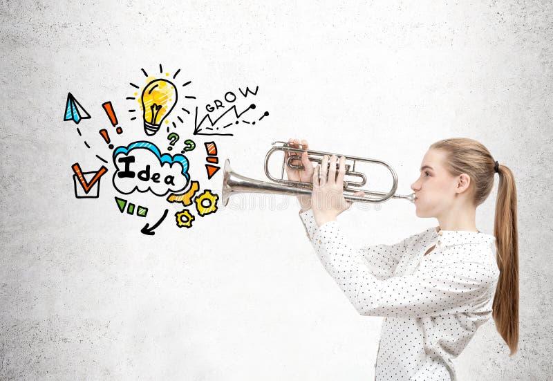 Femme blonde avec une trompette et une idée d'affaires images libres de droits