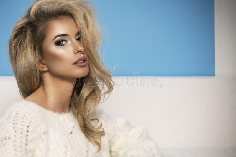 Femme blonde bien faite sexy adorable photo stock