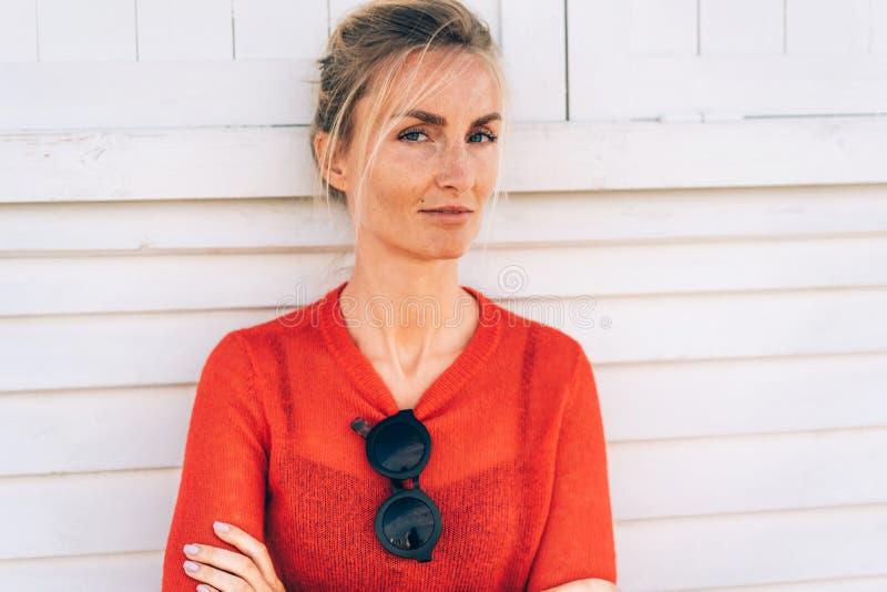 Femme blonde bronzée avec des taches de rousseur images libres de droits