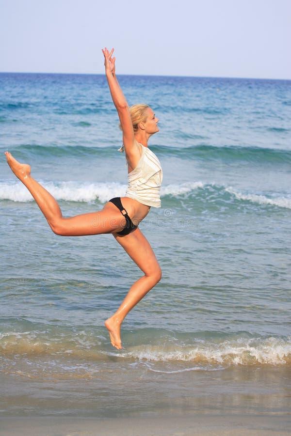 Femme blonde bronzée dans le bikini en mer images libres de droits