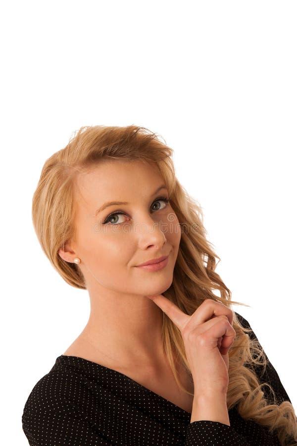 Femme blonde caucasienne assez songeuse d'affaires examinant la copie photographie stock