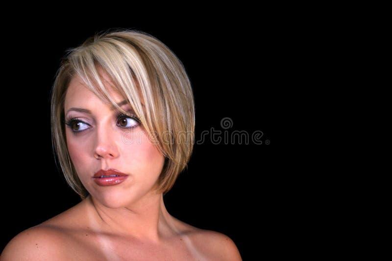 Femme blonde chargée photo stock