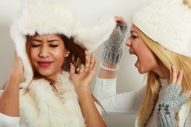 Femme blonde criant sur son ami image libre de droits