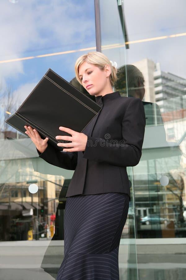Femme blonde d'affaires photo stock