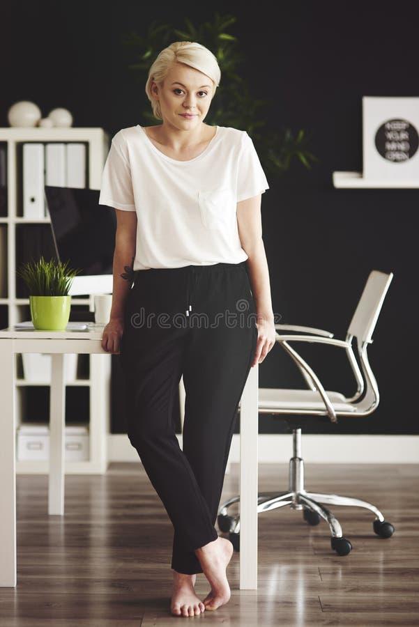 Femme blonde d'affaires dans le bureau photos libres de droits
