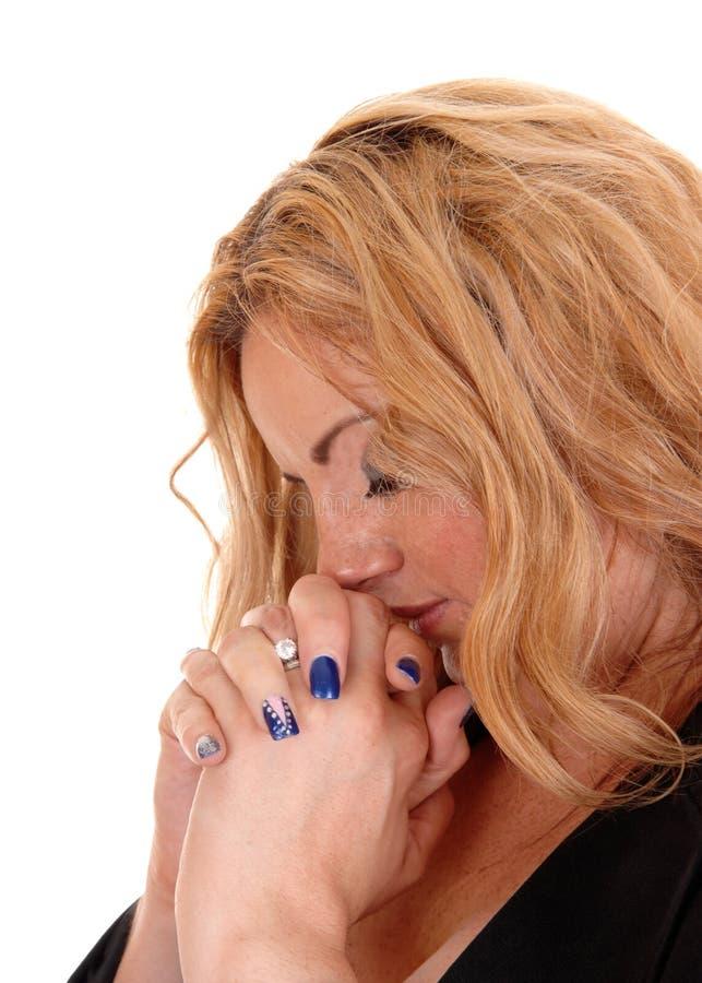Femme blonde d'affaires priant avec l'oeil fermé photo libre de droits