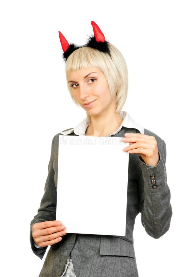 Femme blonde dans des klaxons de diables retenant la carte photos libres de droits