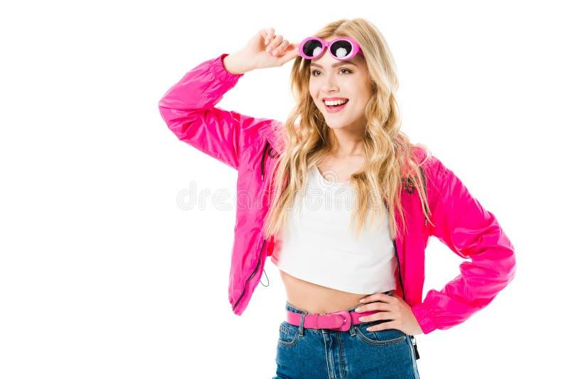 Femme blonde dans des vêtements roses utilisant des lunettes de soleil photographie stock libre de droits