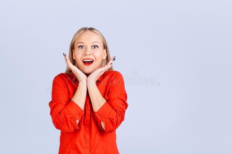 Femme blonde dans des vêtements sport avec une émotion étonnée image libre de droits