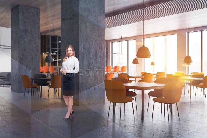 Femme blonde dans l'intérieur de restaurant photo libre de droits