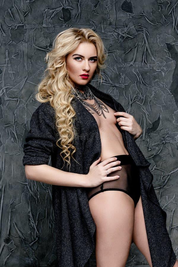 Download Femme Blonde Dans La Lingerie Et Le Cap Noirs Photo stock - Image du vêtements, sein: 77153388