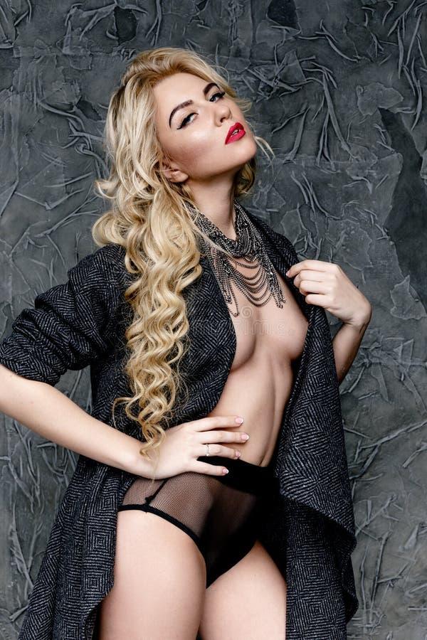 Download Femme Blonde Dans La Lingerie Et Le Cap Noirs Photo stock - Image du attrayant, beau: 77153792