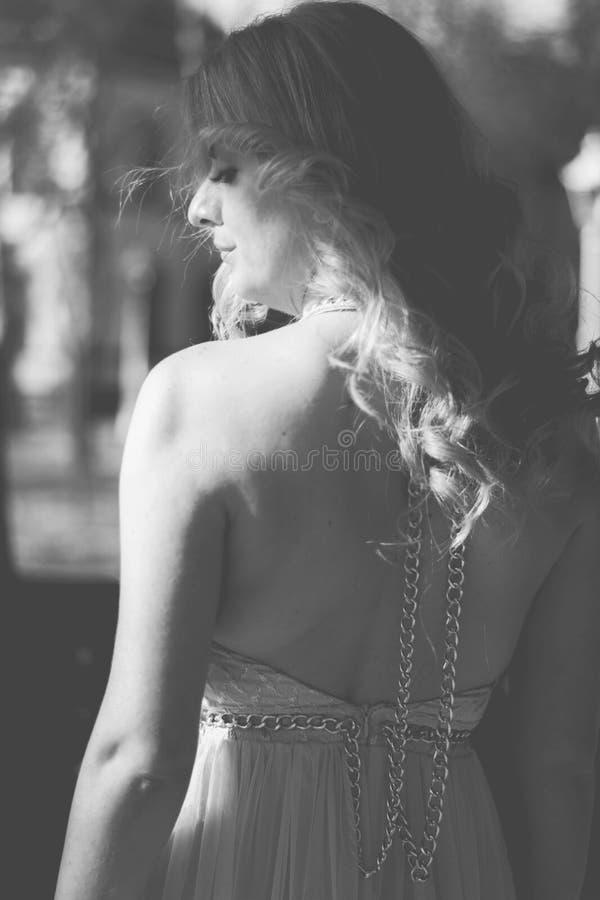 Femme blonde dans la pose de robe de soirée photo stock