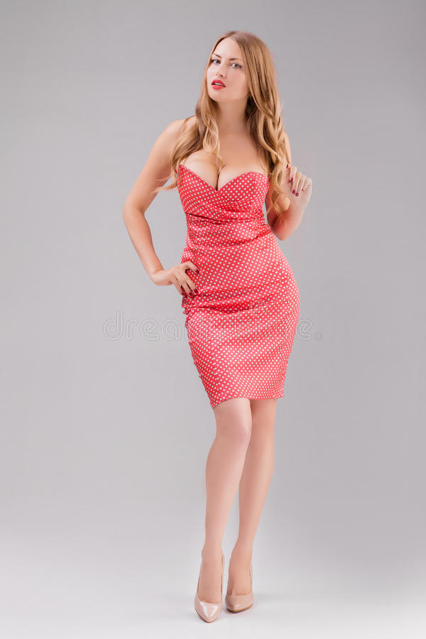 Femme blonde dans la robe rouge de point de polka image libre de droits