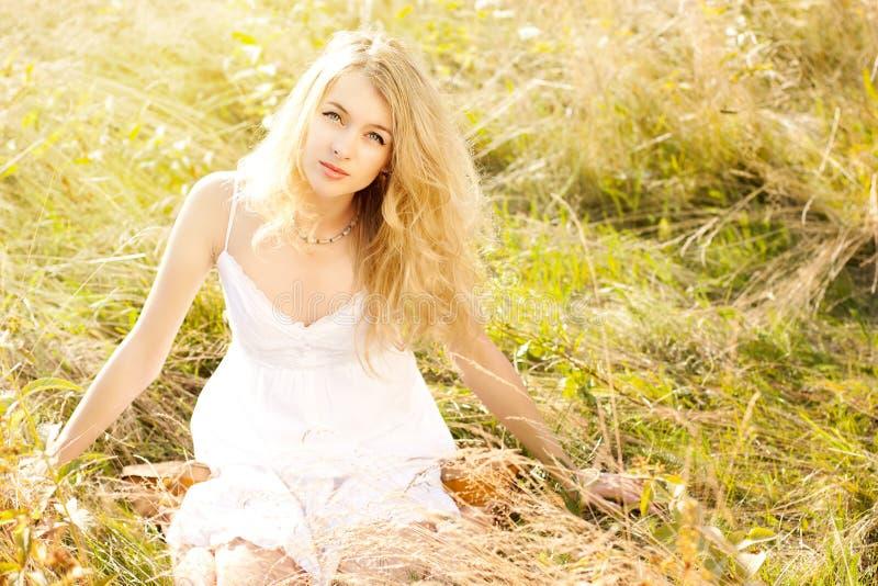 Femme blonde dans le bain de soleil image libre de droits
