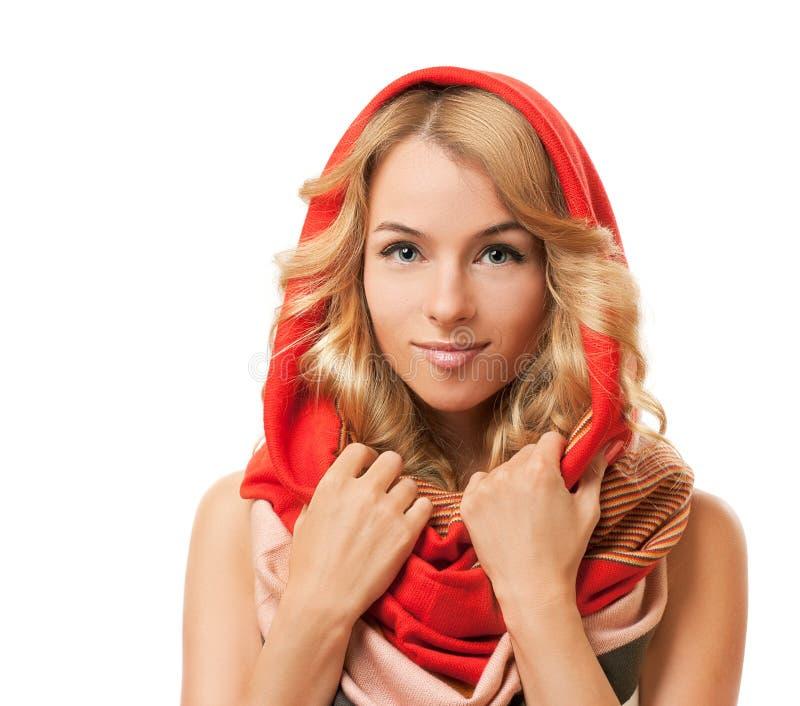 Femme blonde dans le capot rouge. D'isolement sur le blanc. photo libre de droits