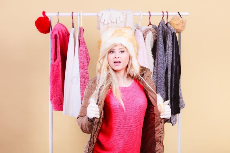 Download Femme Blonde Dans Le Chapeau Velu Chaud D'hiver Image stock - Image du furry, mode: 87705935