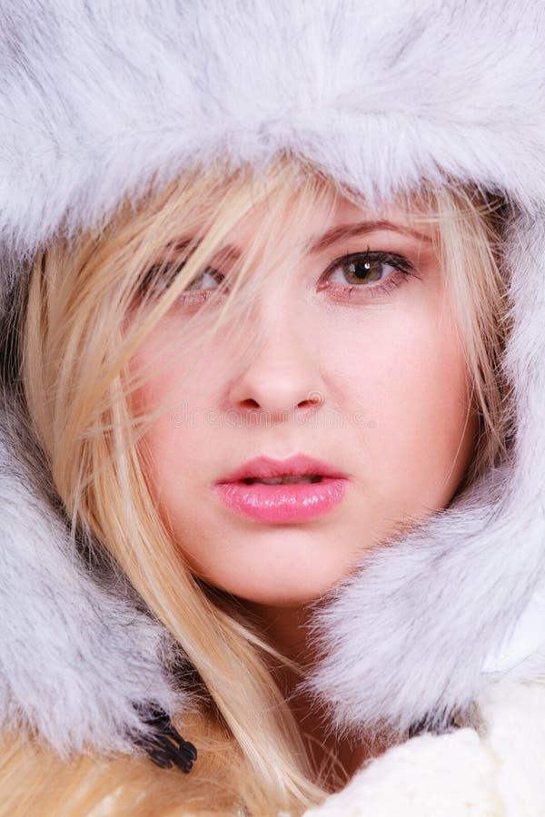 Femme blonde dans le chapeau velu d'hiver photos stock