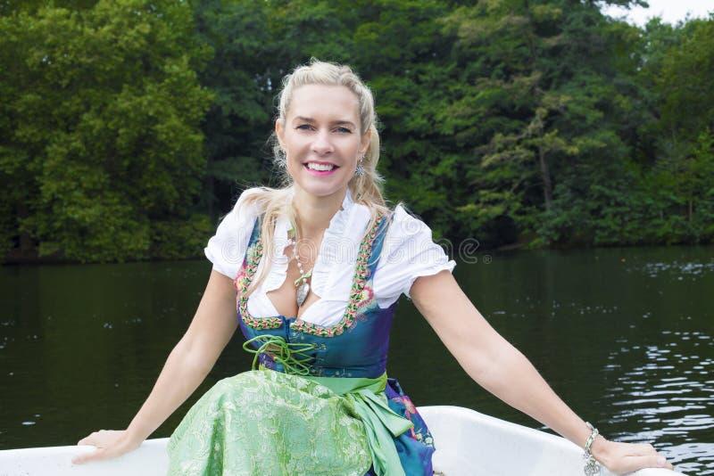 Download Femme Blonde Dans Le Dirndl Image stock - Image du robe, tradition: 45366315