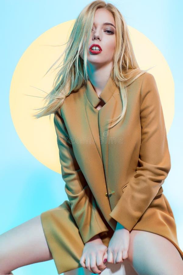 Femme blonde dans le manteau brun images libres de droits