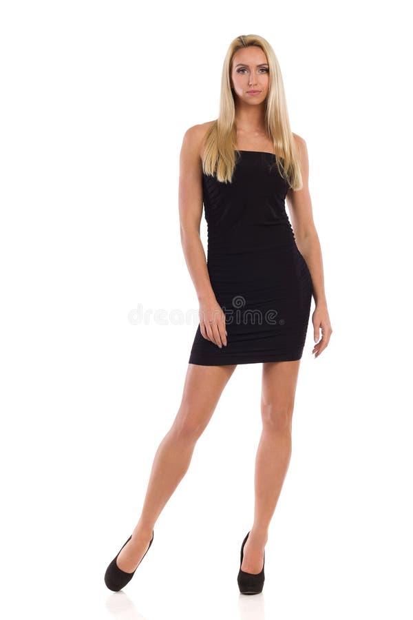 Femme blonde dans Mini Dress And High Heels noir photographie stock libre de droits