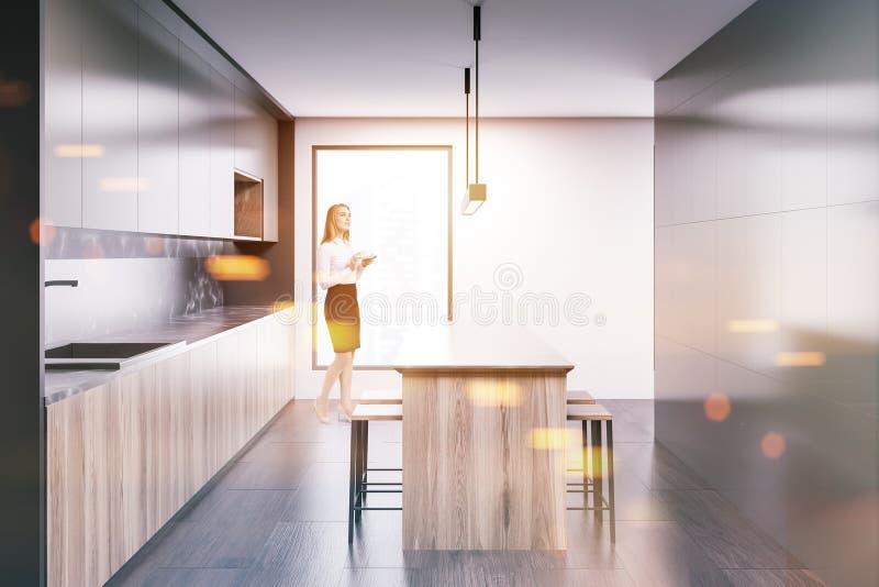 Femme blonde dans une cuisine de luxe illustration stock