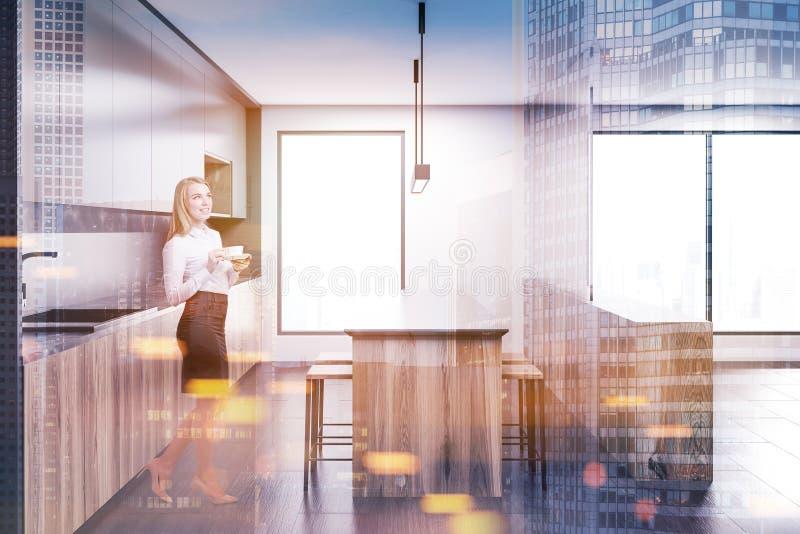 Femme blonde dans une cuisine en bois modifiée la tonalité illustration de vecteur