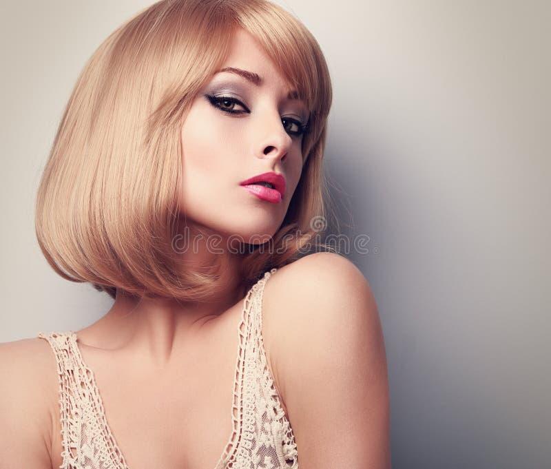 Femme blonde de beau maquillage de charme avec la coiffure courte clos images stock