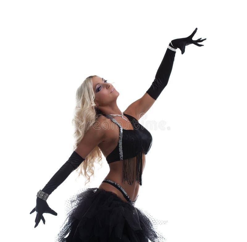 Femme blonde de beauté posant dans le costume Arabe noir images libres de droits