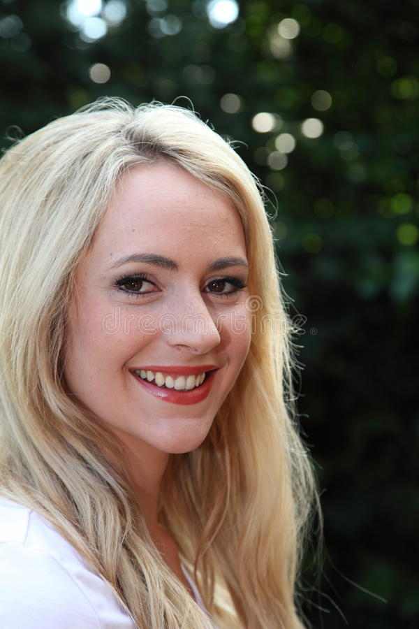 Femme blonde de Beautfiul avec un beau sourire photographie stock