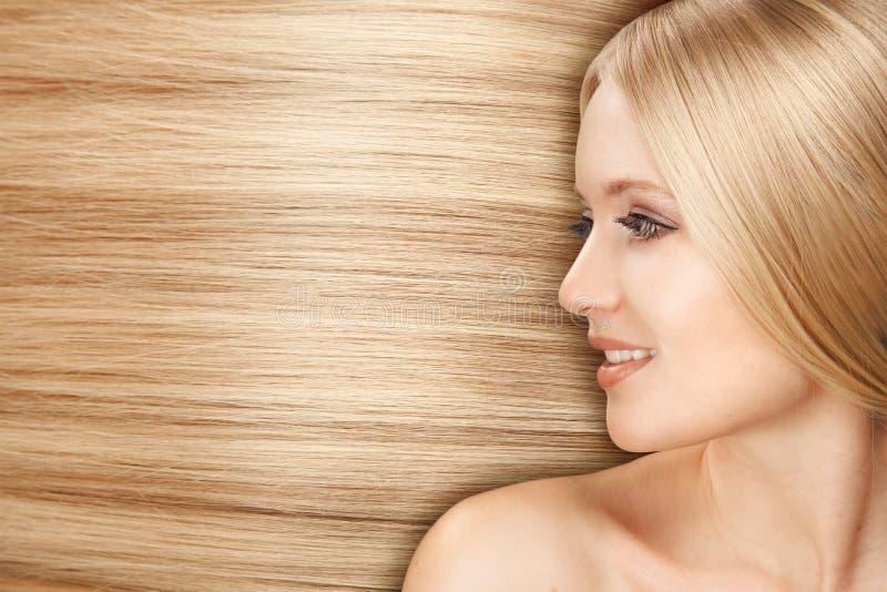 Femme blonde de Hair.Beautiful avec le long cheveu droit photos libres de droits