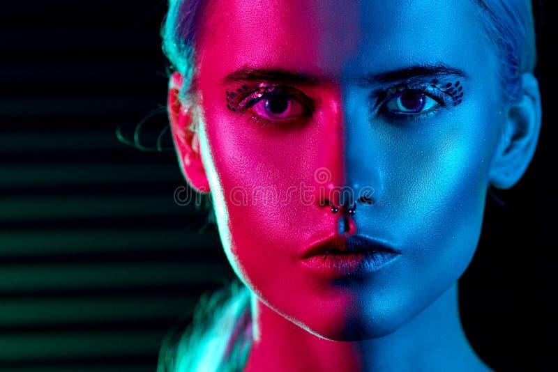 Femme blonde de mannequin dans les lampes au néon lumineuses colorées photos libres de droits