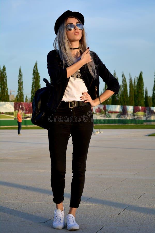 Femme blonde de platine élégant posant sur la rue photographie stock