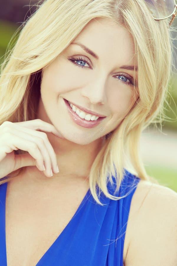 Femme blonde de portrait de style d'Instagram belle avec des yeux bleus photographie stock libre de droits