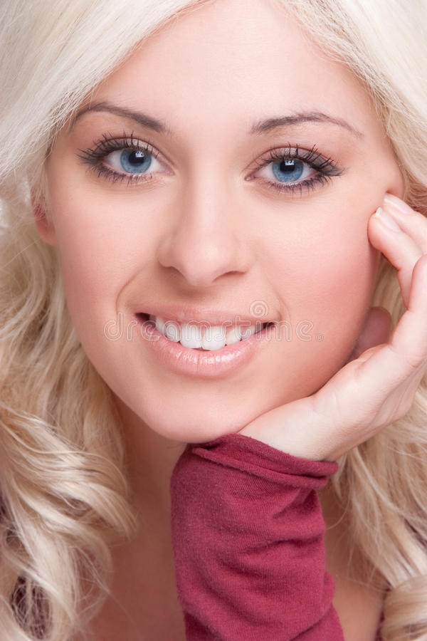 Femme blonde de sourire photo stock