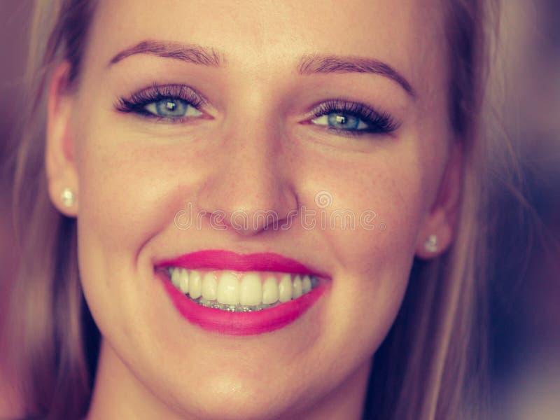 Femme blonde de sourire de positif heureux image libre de droits