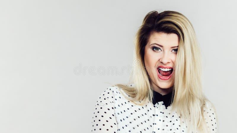 Femme blonde de sourire de positif heureux images libres de droits