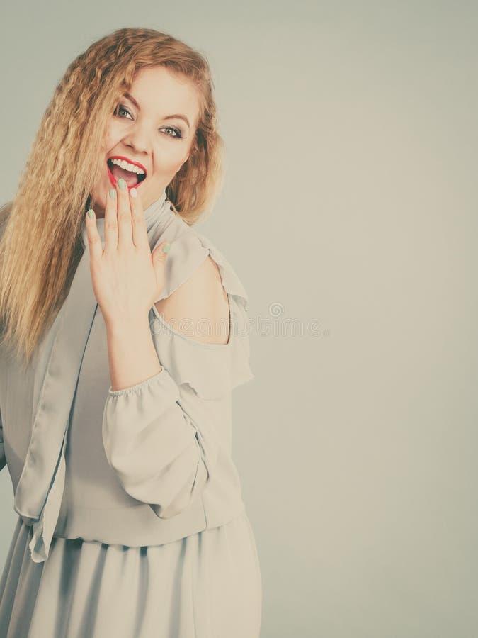 Femme blonde de sourire de positif heureux photographie stock libre de droits