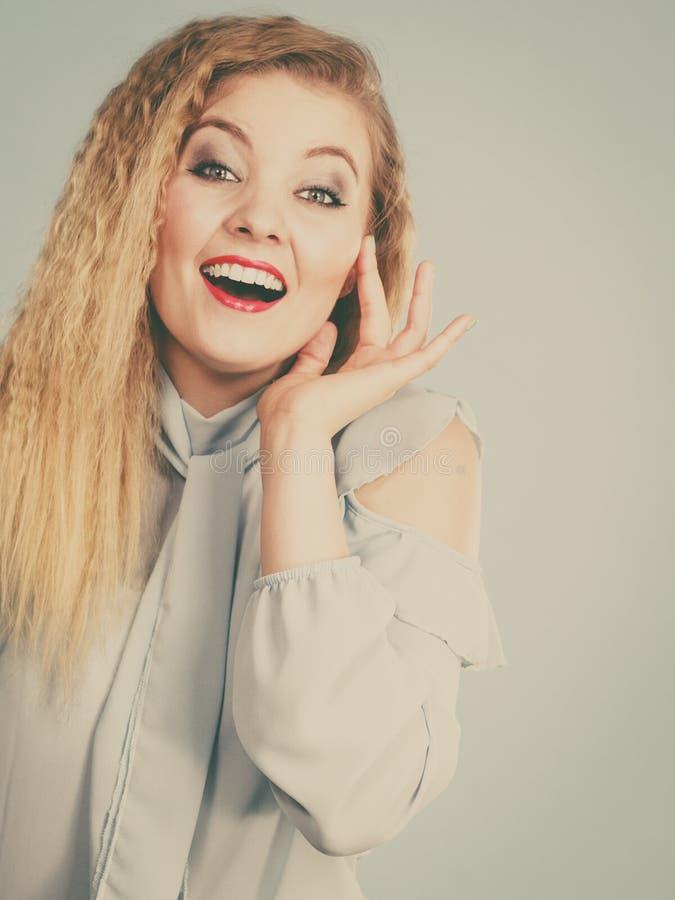 Femme blonde de sourire de positif heureux photographie stock