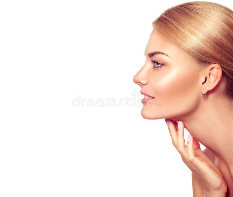 Femme blonde de station thermale touchant son visage image stock