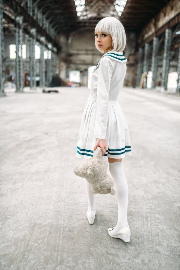 Femme blonde de style mignon d'anime avec l'ours de jouet photo stock