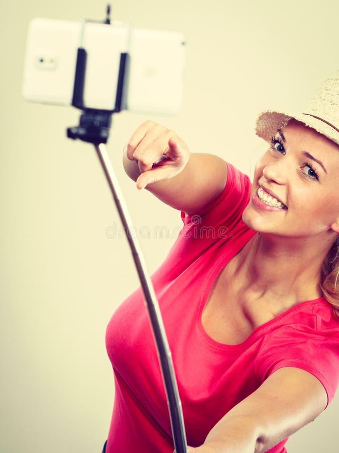 Femme blonde de touristes prenant des photos avec le téléphone images libres de droits