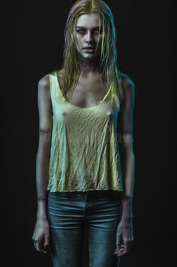 Femme blonde de zombi photographie stock