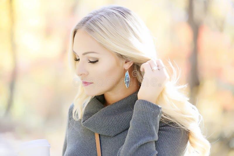Femme blonde en portrait extérieur images stock