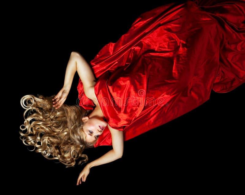 Femme blonde en rouge avec le cheveu d'or photos stock