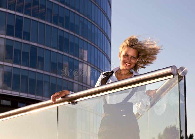 Femme blonde heureuse. photographie stock