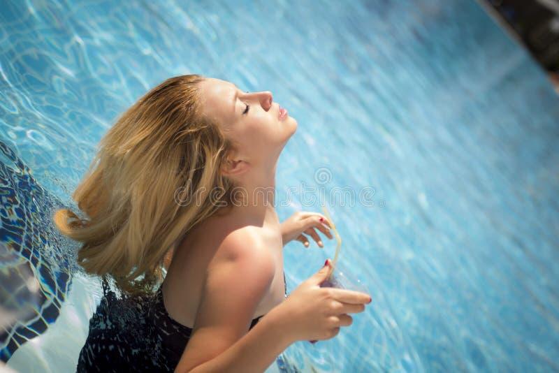 Femme blonde insouciante dans la piscine images libres de droits