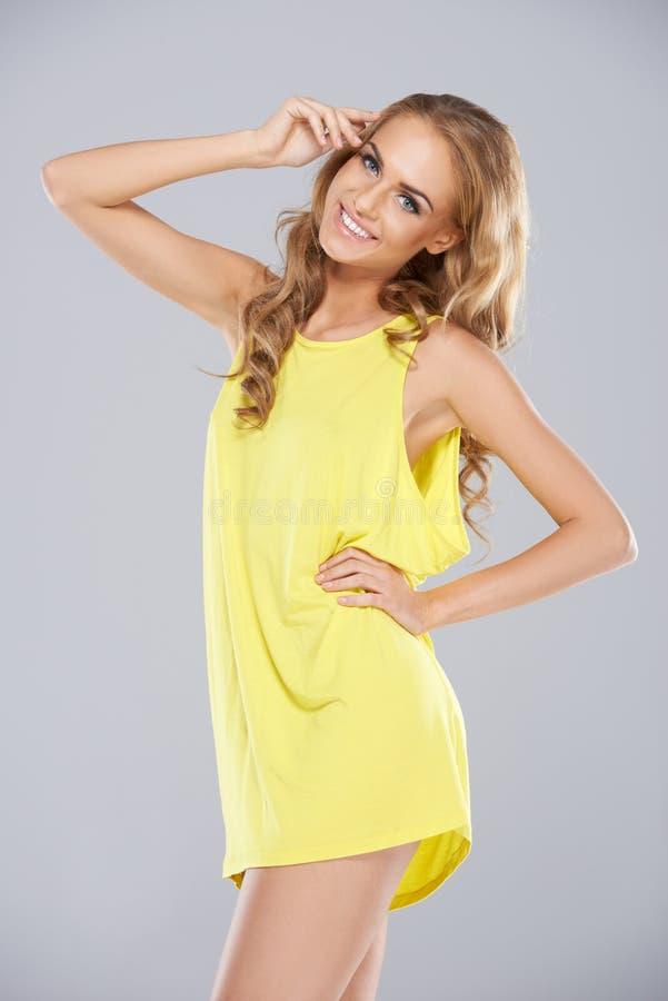 Femme blonde joyeuse dans une mini-jupe images libres de droits
