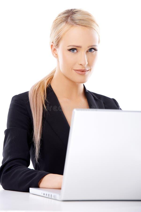 Femme blonde mignonne d'affaires travaillant sur l'ordinateur portable images libres de droits